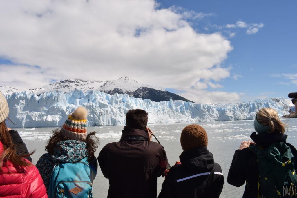 船上から氷河を臨む