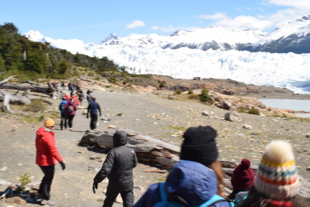 氷河に向かって歩く
