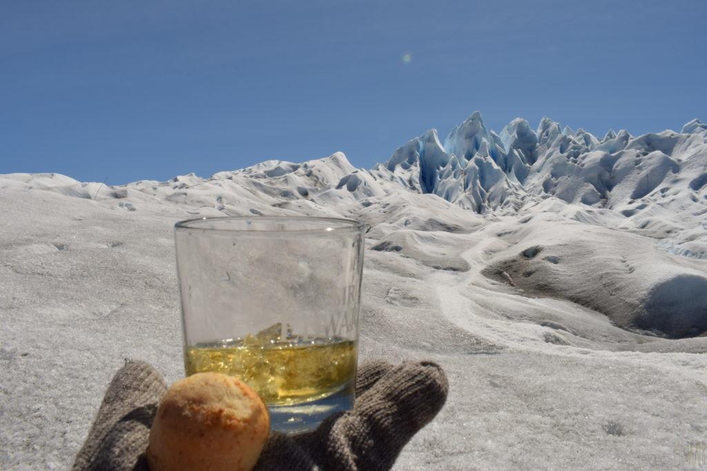 氷河を眺めながらいただく、ウィスキーとパン