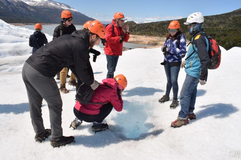 氷河の水を試飲